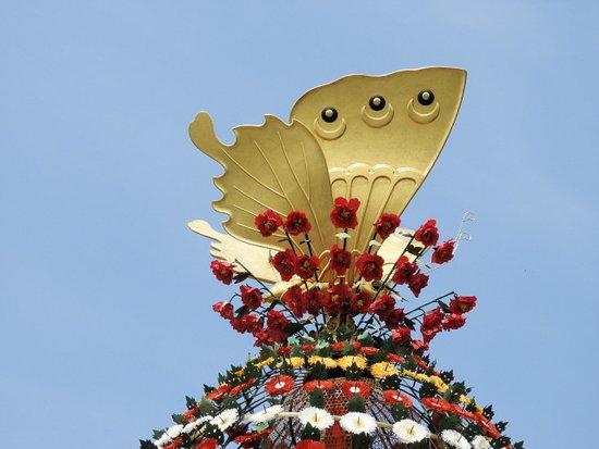 Takayama Mikurumayama Matsuri: 山車のてっぺんの蝶の飾り