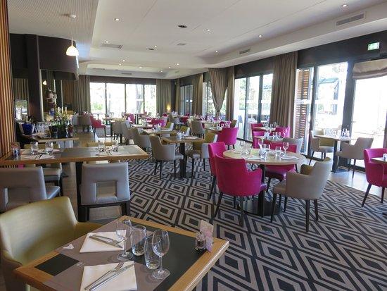 Le Comptoir JOA: Une salle de restaurant lumineuse et spacieuse