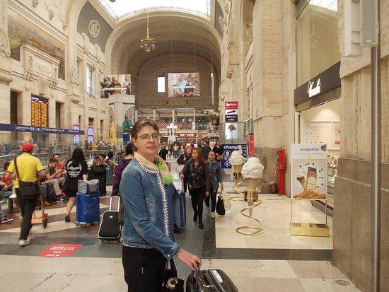 Milano Centrale: Wieder die Haupthalle mit Gattin