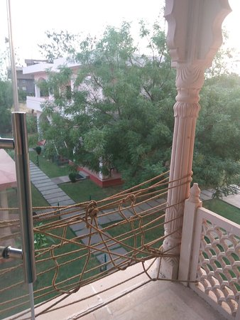 The Sher Garh Resort: Bad hotel with worst stuff, I have visited. Bunch of goons sitting to loot you with the name of