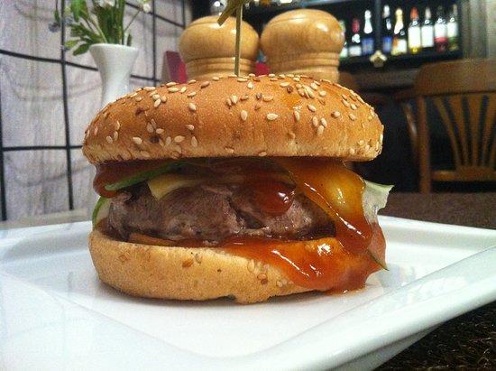 Dream Cafe: Бургер - просто громадина, и все из натуральных продуктов, котлетки сами готовим.