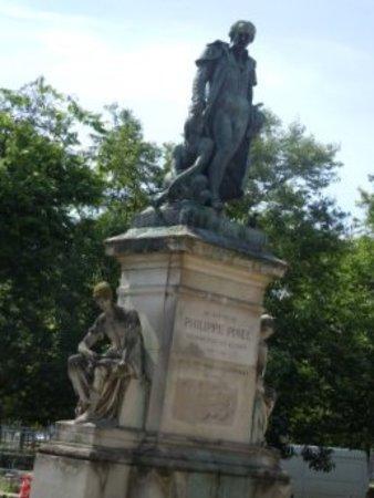 Monument a Philippe Pinel: La sculpture sur son socle
