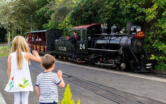 Cleethorpes, UK: Children waving No.24 into Lakeside Platform 3