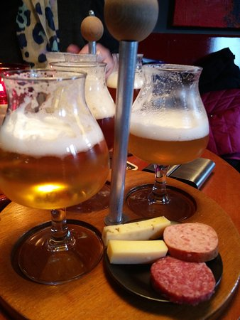 De 3 Ringen: Tast board of three beers with cheese and sausages slices