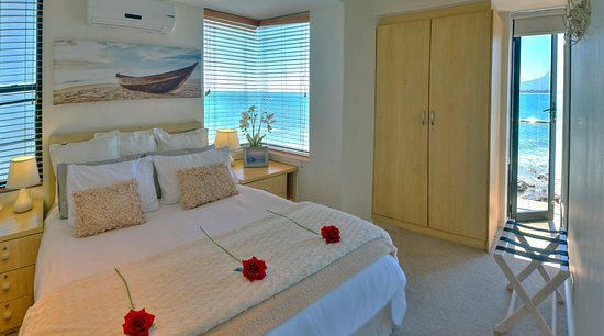185 on Beach Boutique Suites and Apartments: Romantic Seaside Deluxe Suite with sea-view windows all aroung