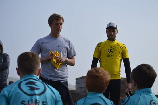 Saunton, UK: Instructors Jamie and Archie giving a safety briefing before heading into the surf