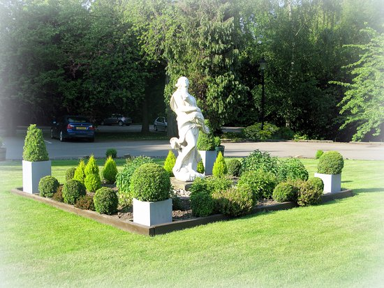 Ringwood Hall Hotel & Spa : Grounds at the Front of the Hotel..