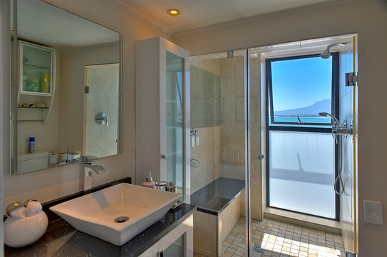 185 on Beach Boutique Suites and Apartments: Seaside Deluxe Suite has modern showerroom with spectacular sea views