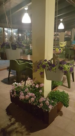 D'amour Beach Bar-Restaurant: Floral displays
