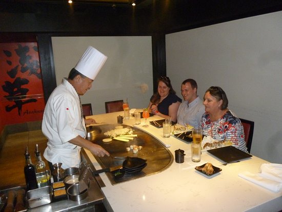 Teppan Edo: A demonstration of cooking skills before your eyes.