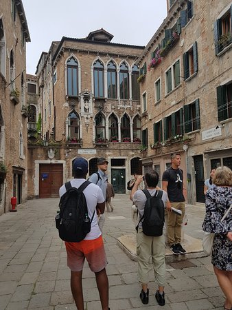 Venice Free Walking Tour : Ricardo in action telling us about the campo that we were standing in