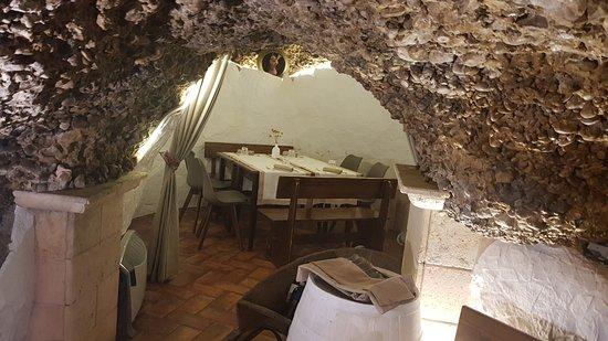 Lavello, Itália: la saletta privè nella grotta.