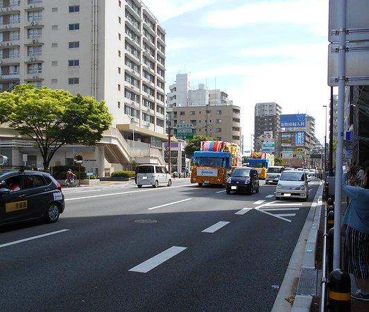 Hakata Dontaku: 藤崎バスターミナル付近を走るパレード車