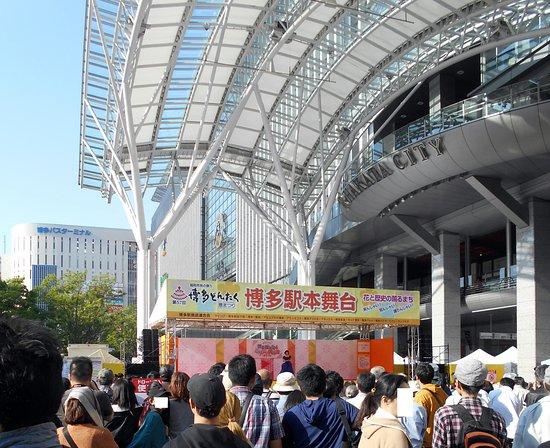 Hakata Dontaku: 博多駅前特設ステージでのパーフォーマンス