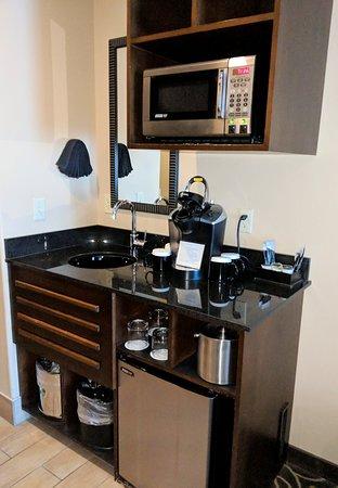 Best Western Premier Ivy Inn & Suites: Microwave, fridge, sink area.
