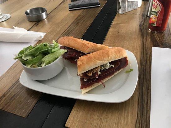 VEER Resto-Lounge: Bastrmi sandwich