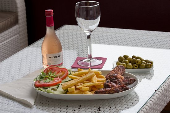 Cafe Bella Vista: Chicken wings with chips and salad, olivas, rose vine