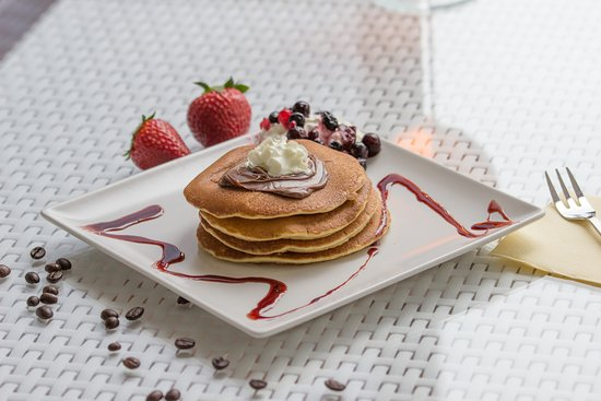 Cafe Bella Vista: Pancake with nutella, whipped cream, sauce, fruits