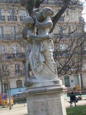 Statue Le Jour : La sculpture sur son socle