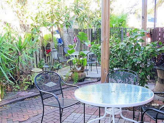 Bright Mornings Bistro & Cafe : outside dining
