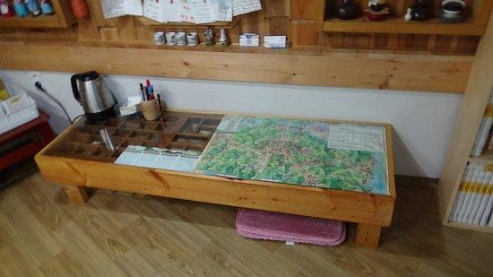 mesa en la cocina del Raon Guesthouse, Gyeongju, Korea