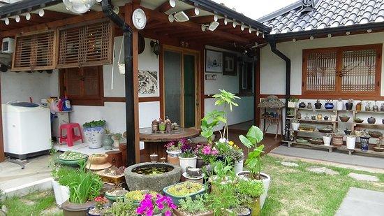 Vista exterior de nuestra habitación (izq) en el Raon Guesthouse, Gyeongju, Korea