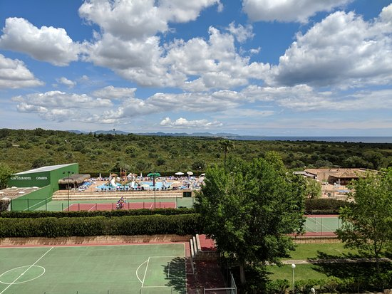HSM Canarios Park: View of sports area and splash pool.
