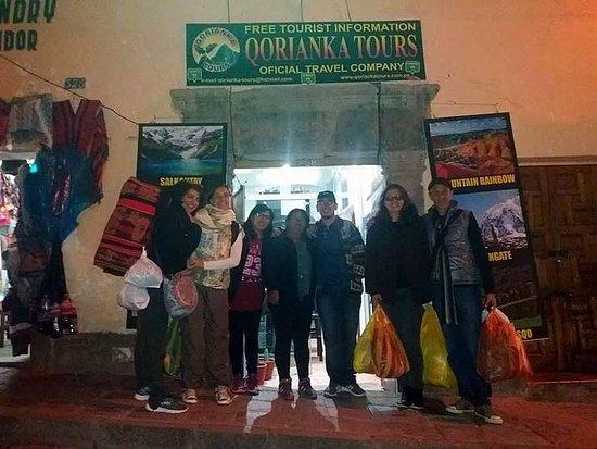 Qorianka Tours: Os amigos na agência.