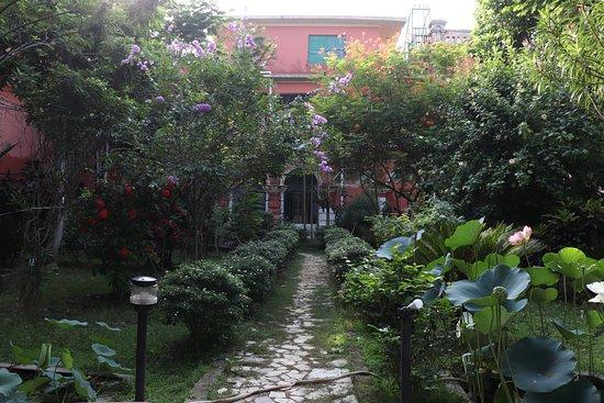 Itachuna Rajbari : Garden in front of BILASH MANJARI room