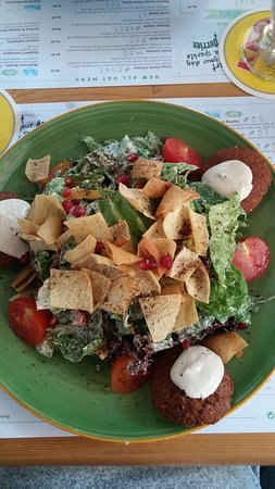 Ousia: Salad with falafels