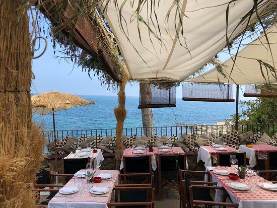 Isabella's By the Sea: Escaleras a la Playa