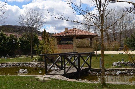 Hotel Posada Fuentes Carrionas: Jardin y barbacoa
