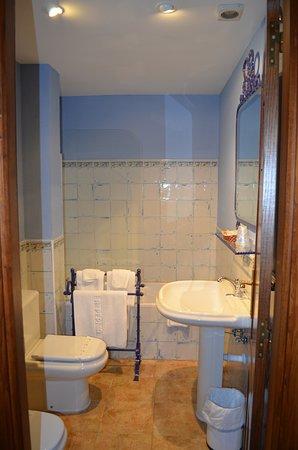 Hotel Posada Fuentes Carrionas: Suite baño