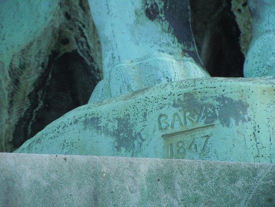 La Porte des Lions: Signature du sculpteur