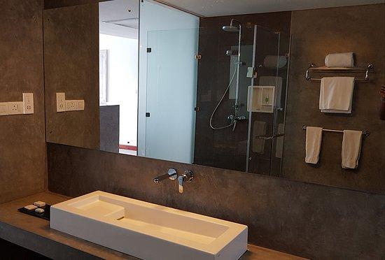 Anilana Nilaveli: Clean ans spacious bathroom