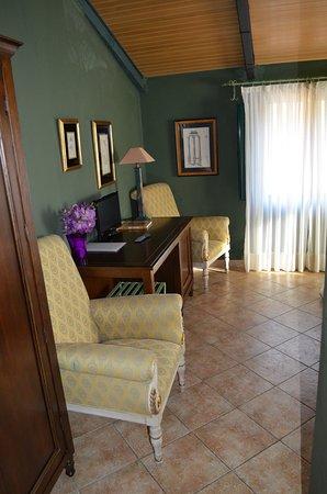 Hotel Posada Fuentes Carrionas: Habitación y sitio lectura
