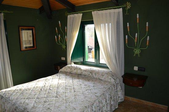 Hotel Posada Fuentes Carrionas: Habitación cama matrimonio