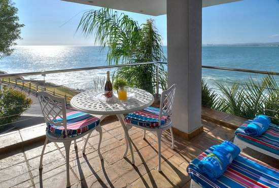 Gordon's Bay, South Africa: Ocean view of Seaview Luxury Suite balcony with BBQ, lounger and dining suite