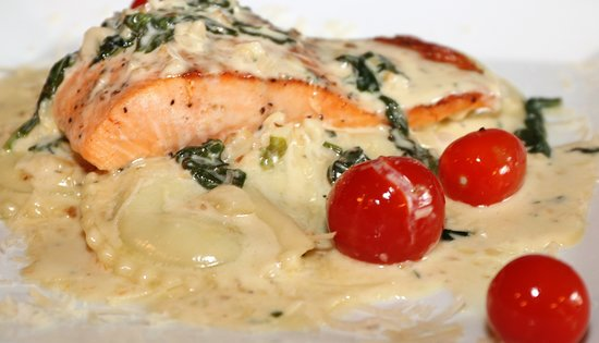 Hinton, Западная Вирджиния: Spinach ravioli with white wine garlic cream sauce (shown with salmon)