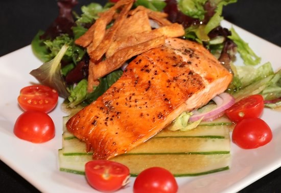 Hinton, Западная Вирджиния: Asian Salmon salad with a soy ginger dressing
