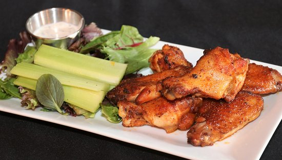 Hinton, Западная Вирджиния: House smoked wings with choice of sauces