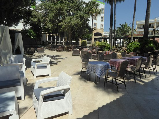 Hotel Pia Bella: outside dining/relaxing area 1