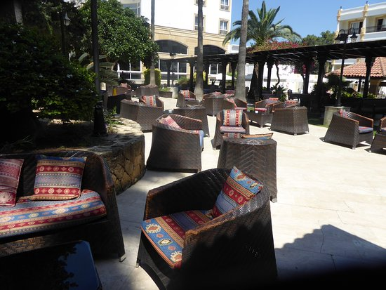 Hotel Pia Bella: outside dining/relaxing area 2