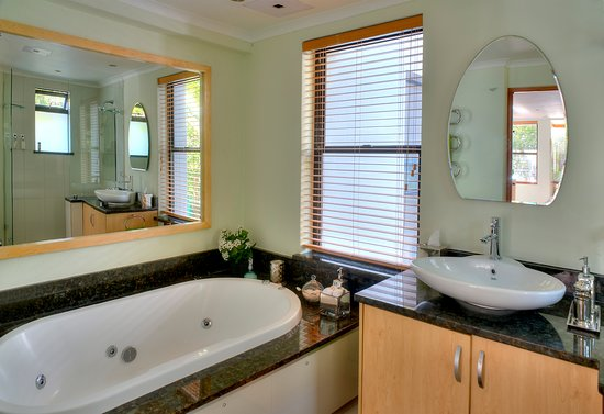 Gordon's Bay, South Africa: Seaview Luxury Suite has a deluxe bathroom with spa bath and modern shower