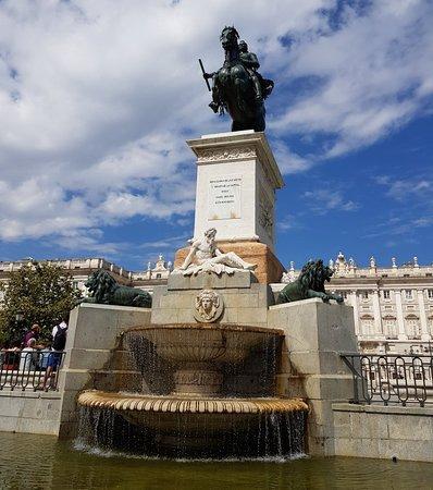 Monumento a Filippo IV : Great Statue and fountain