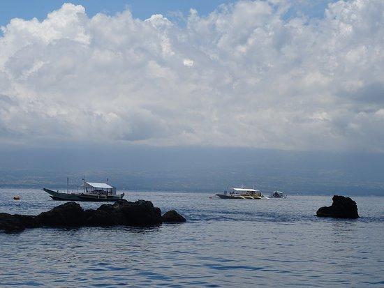 Apo Island Marine Reserve: Apo Island Rock Point avec d'autres bateaux de plongeurs autour de nous
