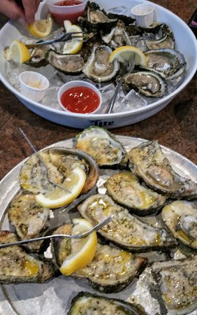Oyster Pub: Raw oysters for the guys...chargrilled for the ladies!