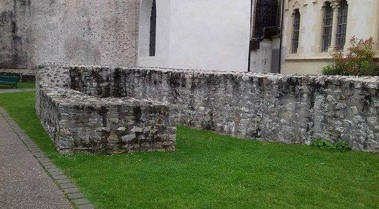 Musée de l'Ancien Éveche : Ancien muret dans le jardin