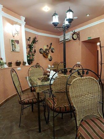 Cafe Bulvar: Интерьер в поетическом, видно, стиле :) На свиданку с Пушкиным или Чеховым!