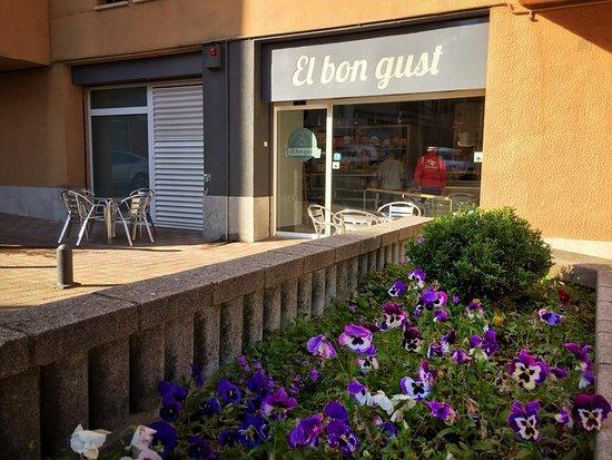 Prats de Llucanes, Spain: Entrada de el forn de pa, pastisseria i degustació.